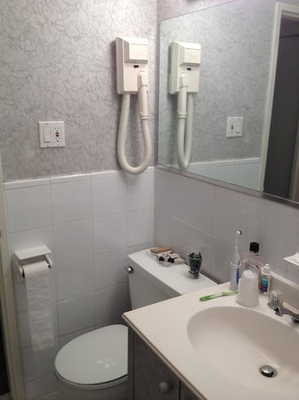 Murray Hill East Suites: Bathroom: simple but clean and tidy