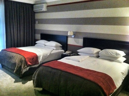 Indaba Hotel: Bedroom with TWO queen sized beds.