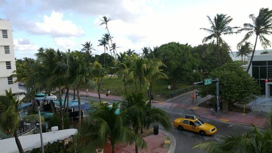 Hotel Breakwater South Beach: View from King room with partial sea view