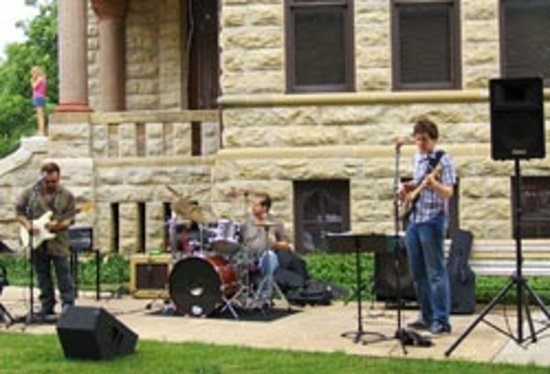 Denton, TX: Live music outside the Courthouse