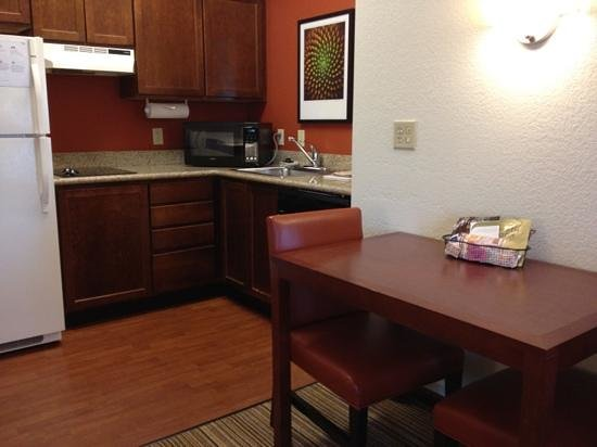 Residence Inn Chicago Oak Brook: kitchen with full size fridge no oven though