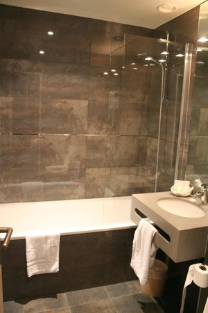 Cardinal Rive Gauche Paris: The very clean and spacious bathroom