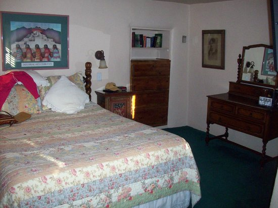 Historic Taos Inn: Bed and dressers
