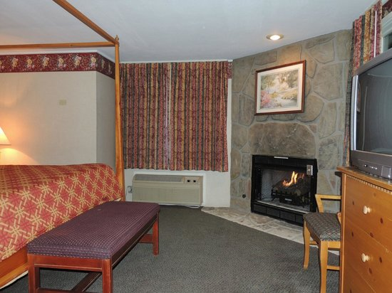 Rodeway Inn Skyland: King bed room w/ fireplace
