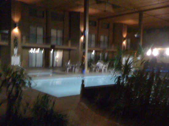 BEST WESTERN Rainbow Country Inn: Inner Courtyard with Pool Area