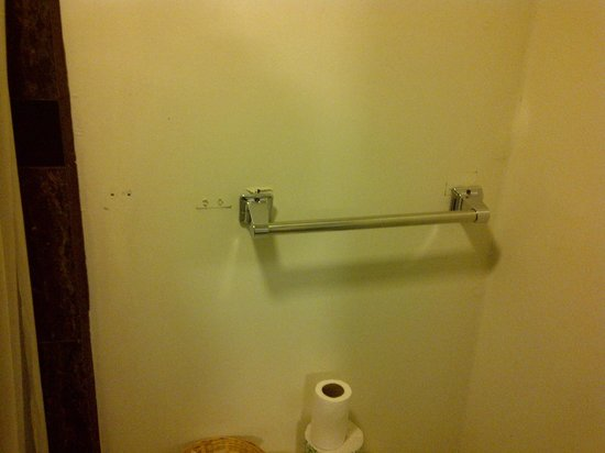 Travelodge San Francisco - Fishermans Wharf: broken towel rack