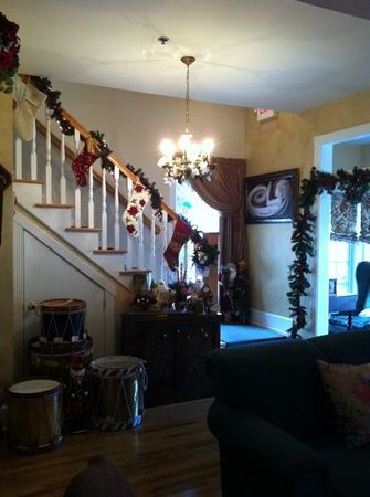 Centennial House Bed and Breakfast: beautifully decorated for Christmas