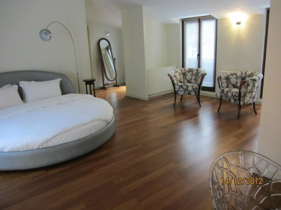 Galateia Residence: Master Bedroom suite (with round bed!)