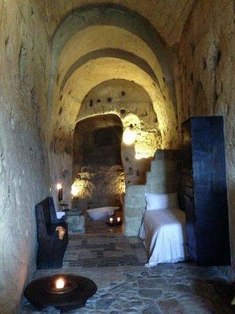 Sextantio Le Grotte della Civita: Half of the room.