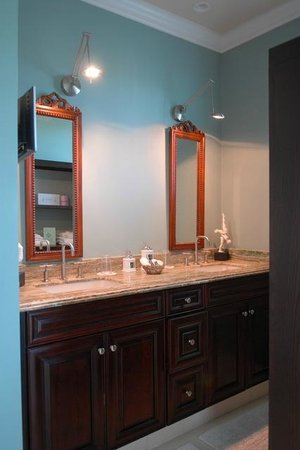 Pineapple Point Guest House and Resort: Grand Villa Master Bathroom