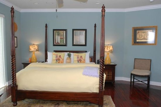 Pineapple Point Guest House and Resort: Grand Villa Master Bedroom
