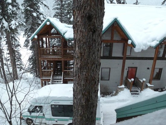 Emerald Lake Lodge: You can see the bus that brought us from Parking lot