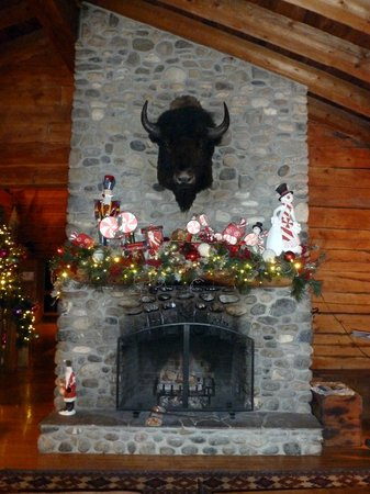 Emerald Lake Lodge: Upper fireplace
