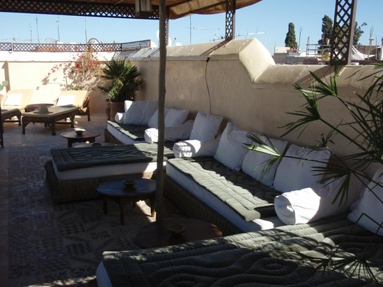 Riad Vert Marrakech: rooftop with deck chairs, sofas and spa