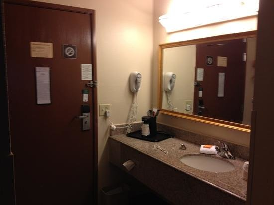 La Quinta Inn & Suites Miami Airport East: Sink is outside of bathroom