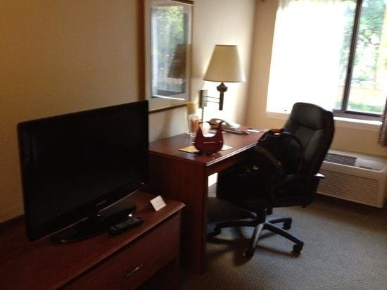 La Quinta Inn &amp; Suites Miami Airport East: TV and work area