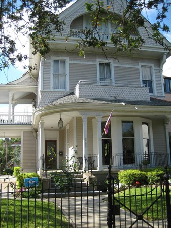 Grand Victorian Bed & Breakfast: Front view