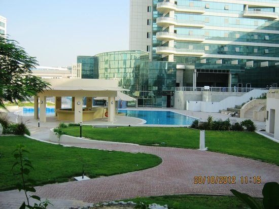 Millennium Airport Hotel Dubai: swiming pool and amazing backyard...