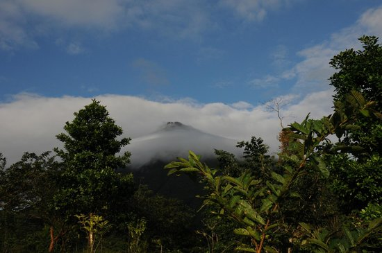 Hotel Lomas del Volcan: View of Arenal volcano from the hotel grounds