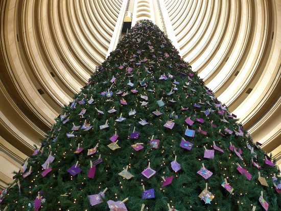 Grand Hyatt Santiago: Christmas tree in the hotel atrium.
