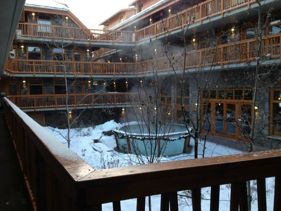 Fox Hotel & Suites: View of the courtyard with underground pool
