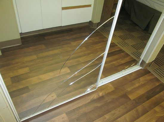 Extended Stay America - Newark - Woodbridge: Broken closet doors