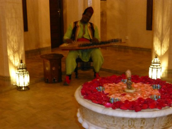 Riad Kniza: musician in second courtyard
