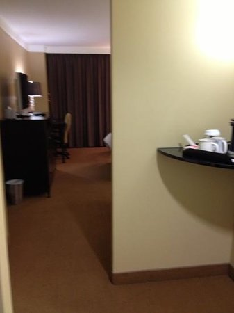 Radisson Hotel Fargo: foyer with coffee maker nook