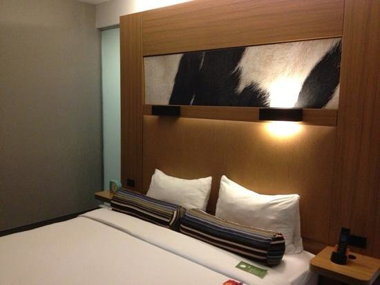 Aloft San Antonio Airport: room with a small bed and lousy pillows