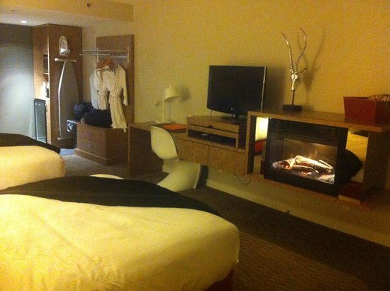 Adara Hotel: TV and Cute Little Electric Fireplace