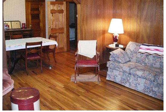 Leon, IA: Guest House - Cozy up in the living & dining area