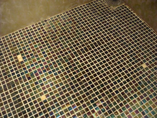 Rayfont Downtown Hotel Shanghai: Missing mosaic tiles on shower floor - dangerous
