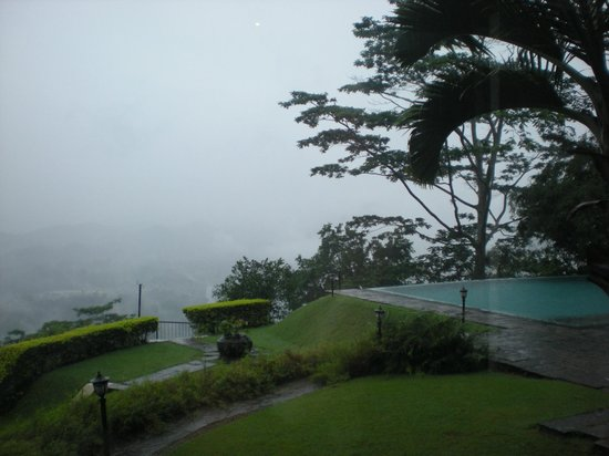 Randholee Luxury Resort: The mist over the pool and hills
