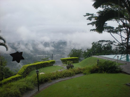 Randholee Luxury Resort: The mist over the pool and hills...1 hour later