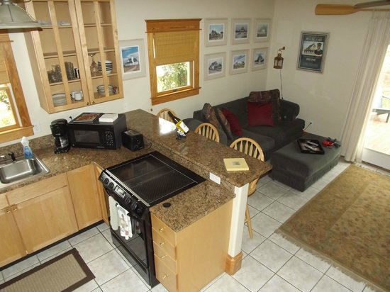 The Island Guesthouse & Cottages: Kitchen/Living room