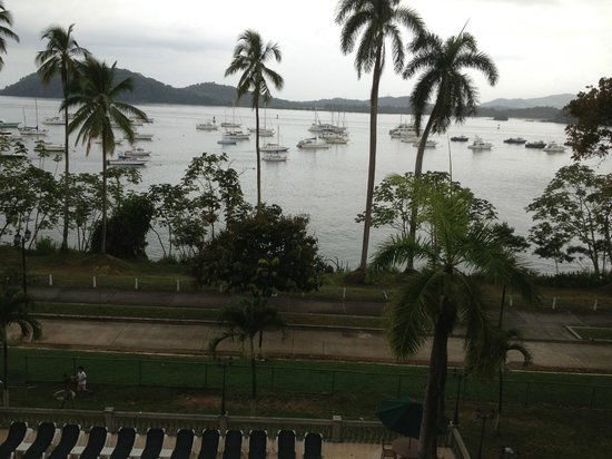 Country Inn & Suites Panama Canal: Many yachts anchored right in front of where the ships cross