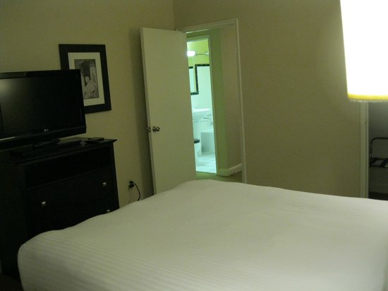 Virginian Suites Arlington: Separate bedroom to bathroom