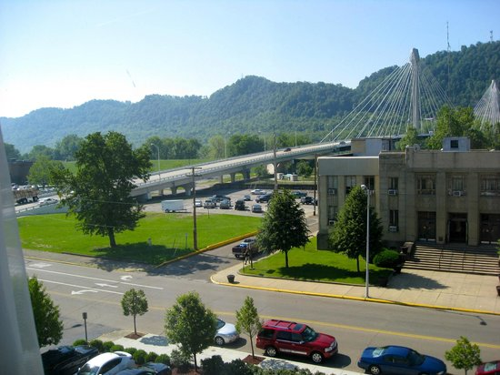 Holiday Inn Portsmouth Downtown: View from room towards Ohio river