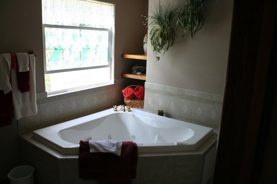 Bamboo Orchid Cottage Bed &amp; Breakfast: Royal Orchid room, the bathroom