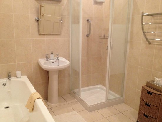 Primrose Grange House: Spacious bathroom and spotless