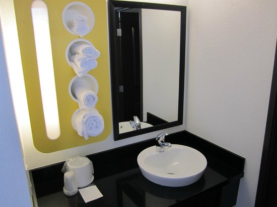 Motel 6 Anaheim: New Granite Vanity