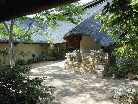 Ilala Lodge: inner courtyard