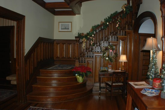 Hilltop Inn: Main Stairway