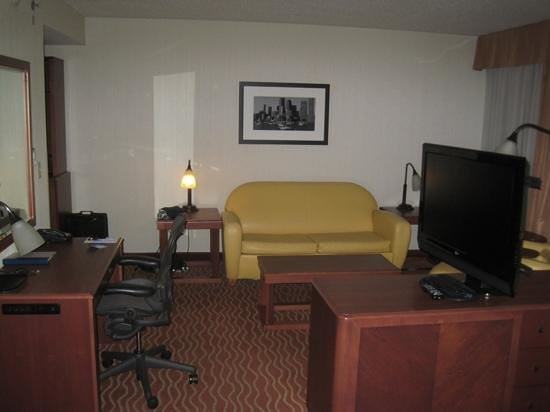 Wyndham Boston Chelsea: couch, chair and desk