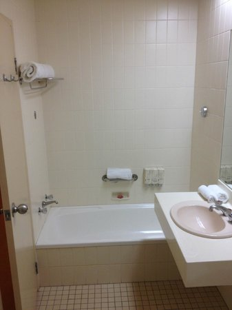 Perth Ambassador Hotel: Bathroom