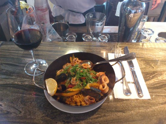 Armon Hayarkon: Paella with wine