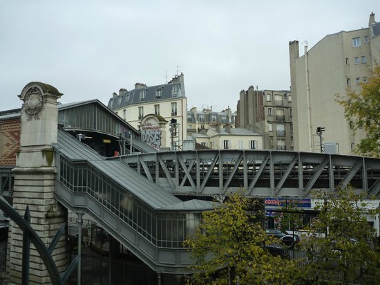 Hotel Sublim Eiffel: View from second floor looking towards Eiffel Tower