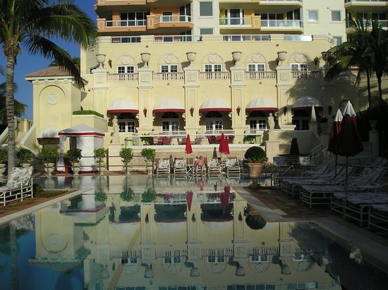 Acqualina Resort & Spa on the Beach: Hermosa piscina en un ambiente incomparable...