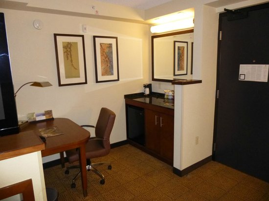 Hyatt Place Phoenix/Gilbert: Refrigerator and business desk area