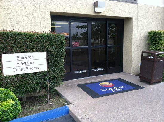 The Comfort Inn & Suites Anaheim, Disneyland Resort : side entrance (card key required)